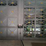 puerta-cochera-decorada